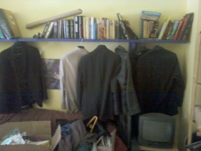 Vestes, cartons, étagère.